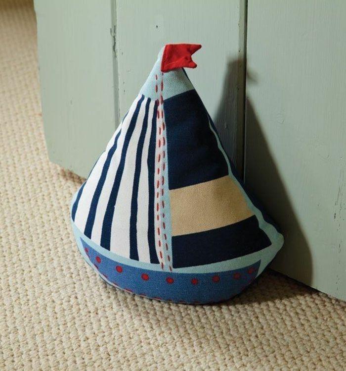 ein Boot in verschiedener Farbe, vorwiegend blau mit roter Fahne Türstopper n…