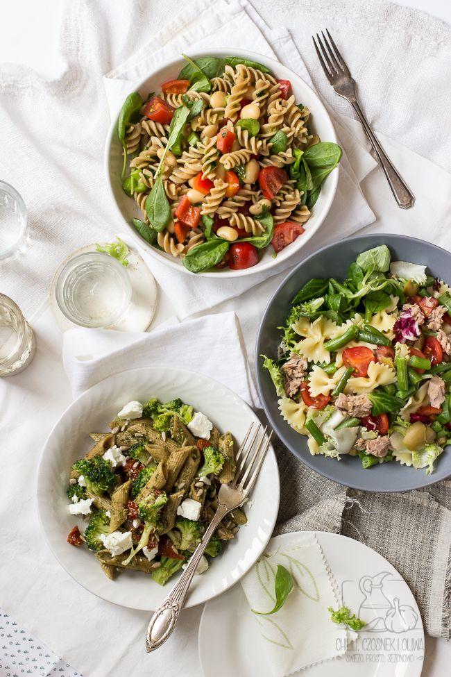 Proste, pełne warzyw sałatki z makaronem. Zdrowy posiłek do pracy, szkoły lub na uczelnię.