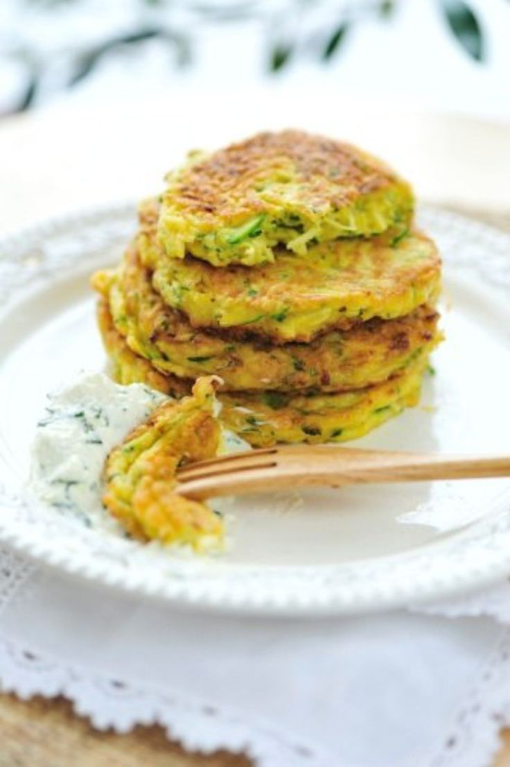 Racuchy z cukinii - złociste smakołyki z łatwo dostępnego warzywa staną się przebojem w twojej kuchni. Robi się je szybko i łatwo...