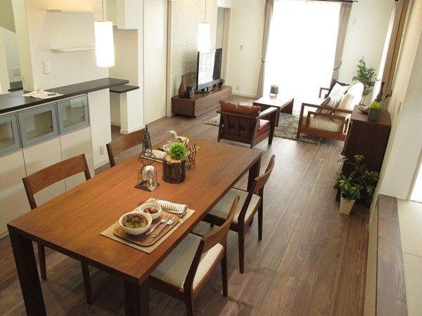 BIGJOYで家具を提案する前はダイニングテーブルがキッチンと垂直方向に置けるよう照明の位置が決まっておりましたが、BIGJOYが家具のレイアウトを提案し、照明の向きを90度施工中に変更してもらった事例です! BIGJOYがどうしてダイニングテーブルの向きを変更したかというと タイトルにあるように横長のリビングダイニングを活かすこともあるのですが 実は・・・。実はダイニングテーブルの周りにはキッチン裏の収納、 畳コーナー下の引き出しがあり、それぞれの開閉、引き出すといった導線を 確保するならばダイニングテーブルが大きく置けると提案! キッチンに対して垂直方向にダイニングテーブルを置くならば キッチン裏の開閉や引き出しの出し入れを考えるとダイニングテーブルが 小さくなってしまうと提案! 実際に家具を配置してみたところ、奥行きのある横長のリビングダイニング を活かした家具の配置が提案できました! ダイニングテーブルの向きを使い勝手を考え、その位置に合わせて照明を計画 することをお勧めします!…