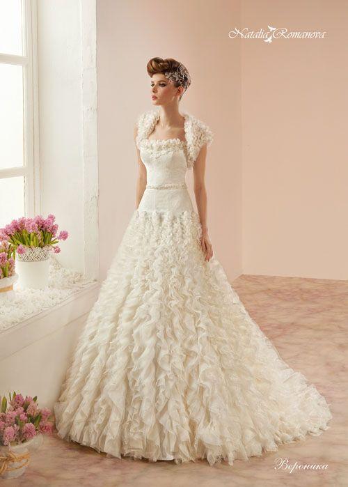 Классическое свадебное платье с оригинальной отделкой оборками на юбке и на коротком болеро.