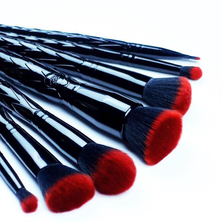 Who needs a bouquet of roses when you can have a bouquet of #rougeandrogue? Your looks will be red hot with these vegan and cruelty-free brushes with sleek Dragon scale handles and the softest fiery red bristles, captured by the super babelicious @creationsbyelina! Flowers will eventually die, but #rougeandrogue Dragons are eternal! >