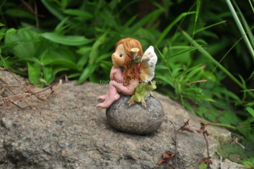 Little girl fairy and frog on a stone 4077