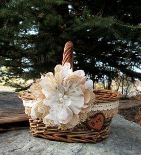 Quel un doux rustique panier pour votre fille de fleur de transporter dans lallée ! Le panier a une enveloppe de toile de jute et de la dentelle surmontée dune fleur à la main comme lattraction principale. Un coeur en bois personnalisé rend votre propre.  Ce petit panier mesure environ 5 de large x 8 de long, 3 x 7 de haut à laide de la poignée profond.  Lorsque le mariage est terminée, garder le souvenir de votre journée spéciale en ajoutant ce magnifique panier à votre domicile.  Créé…