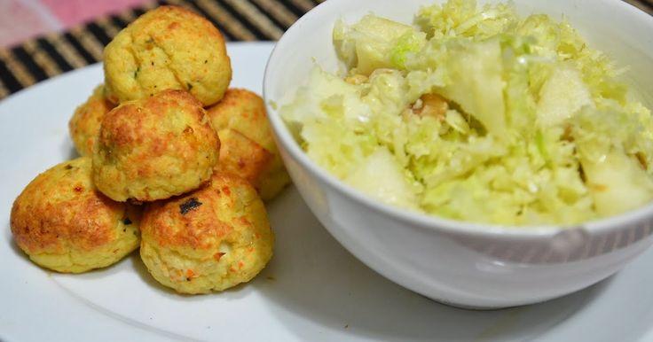 Le polpette di pesce sono un facile e veloce ricetta da preparare, ed abbinate ad una fresca insalata di cavolo e mele diventano un bilan...