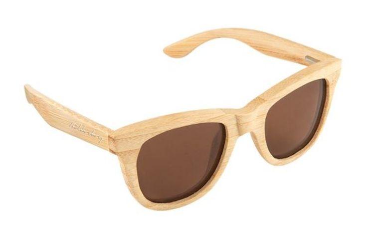 Deze handgemaakte zonnebrillen zijn volledig gemaakt van bamboe , een van de snelst groeiende planten ter wereld en zijn milieuvriendelijk , duurzaam en lichtgewicht . Geen olie of verf werd gebruikt bij het maken van deze zonnebril . Elk paar beschikt over het laser gegraveerde ' Bilderberg ' merk op de zijkanten. Bescherming UV 400