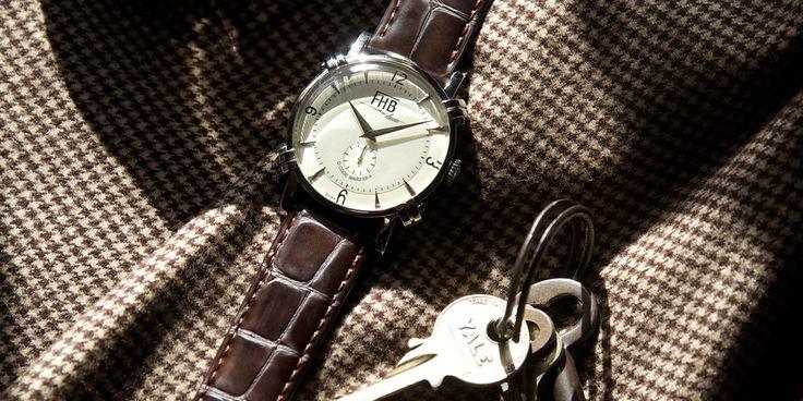 F906 F906はフックを施したケースはまるで懐中時計を腕時計に落とし込んだような、メカニカルで視認性に優れたすっきりとしたデザインに仕上げたシリーズ。