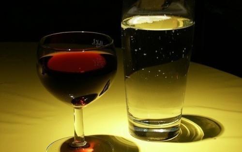 La spesa per l'acqua raggiunge quella per il vino. La spesa delle famiglie per acquistare acqua minerale ha raggiunto quella destinata al vino