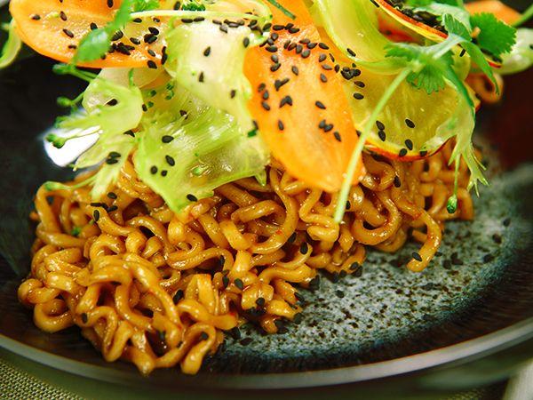 Nudelwok med råa grönsaker och koriander | Recept.nu