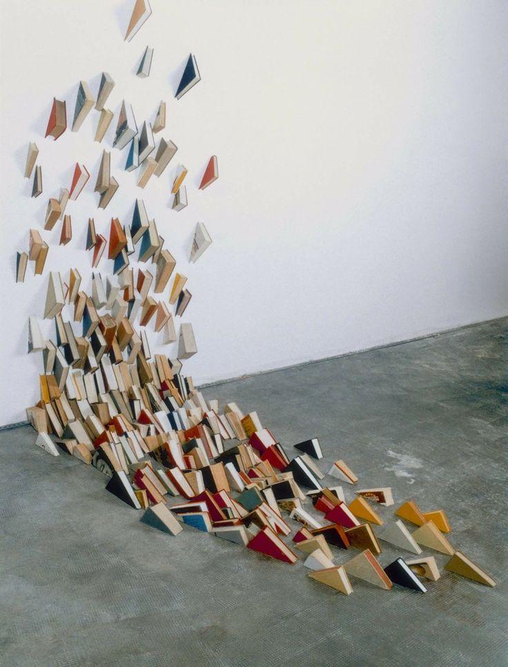 ALICIA MARTIN  Het boek is voor Alicia Martin (1964) het materiaal en het onderwerp tegelijk. De Spaanse kunstenares maakt ruimtelijke installaties van honderden, soms wel duizenden boeken.  De boeken staan voor de toegang tot een immense hoeveelheid kennis en tegelijkertijd voor de onmogelijkheid om alwetend te kunnen zijn. Boeken vol feiten en fictie die eens bedoeld waren voor overdracht van kennis vermaakt Martin tot een sculptuur. De boeken zijn bevroren in beweging en tijd.