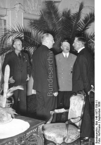 Bad Godesberg, Hotel Dreesen.- Vorbereitung des Münchener Abkommen. vlnr: Joachim von Ribbentrop, Paul Schmidt, Adolf Hitler, Neville Chamberlain