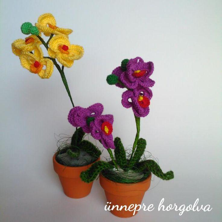 Nosztalgiáztam egy kicsit. Ilyen mini orchideákkal kezdtem a virágok horgolását.