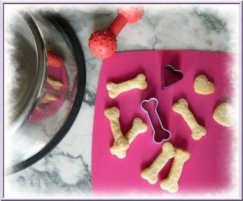 Biscuits pour chiens faits maison avec emporte-pièces os et coeur.