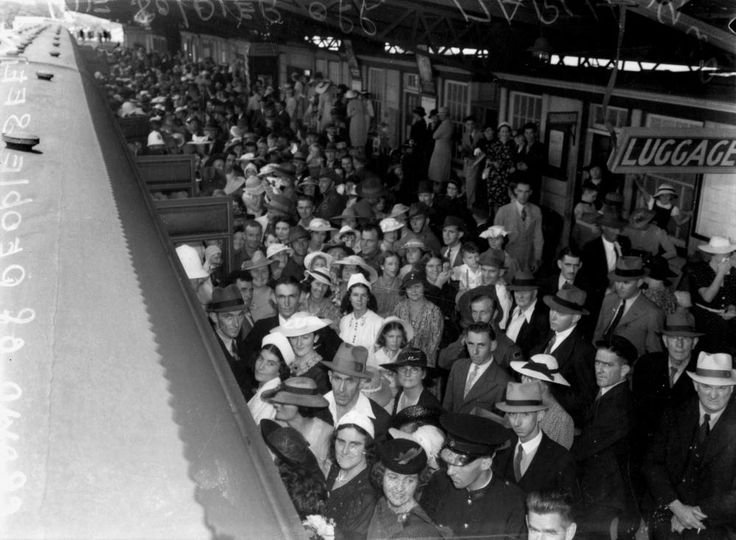 Crowds on the platform of South Brisbane Interstate Station to farewell soldiers March 1940