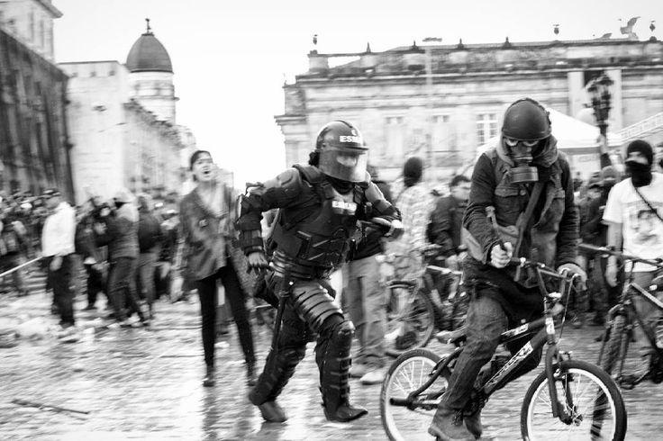 Bogotá, Colombia.  Ph: Santiago Rodriguez @santyrodriguez26 / Tejiendo Memoria  Sujeto capturado durante el paro Nacional por presunta agresión a agente del esmad con un martillo.  #TejiendoMemoria #HistoriasDeMiAldea #Bogotá #streetphotography #Colombia #disturbios #protestas #Paro #ESMAD #capturas #Photojournalist