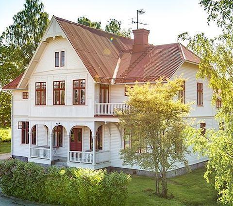 Här är den vackra villan från en annan vinkel. Här syns takvinklarna bra. De engelskt röda detaljerna harmoniserar fint med det falsade plåttaket. #architecture #byggnadsvård #oldhouse #oldhouselove #sekelskifte #sekelskifteshus #plåttak #veranda #porch #carpentry #engelsktrött