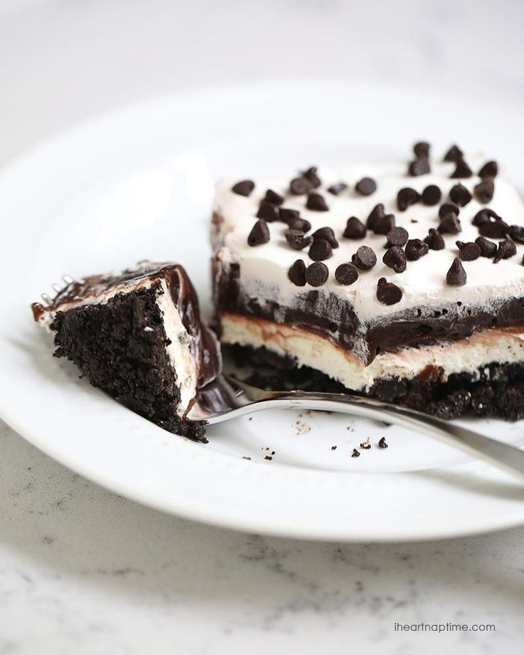 No bake chocolate lasagna recipe on iheartnaptime.com -layers of crushed oreos, cream, chocolate pudding and chocolate chips!