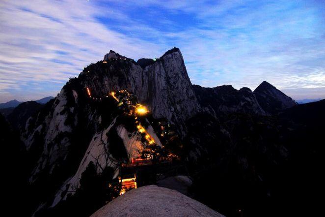 O Monte Huashan faz parte das 5 montanhas sagradas da China e sua trilha foi construída por monges alpinistas.  Fotografia: Divulgação/Governo da China.