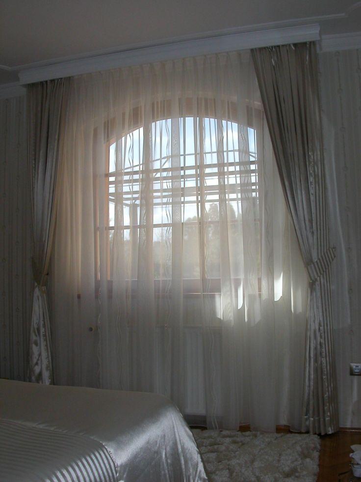 Háló szoba – Fehérre festett fatokos karnis, organza fényáteresztő függönnyel és szatén sötétítő függönnyel