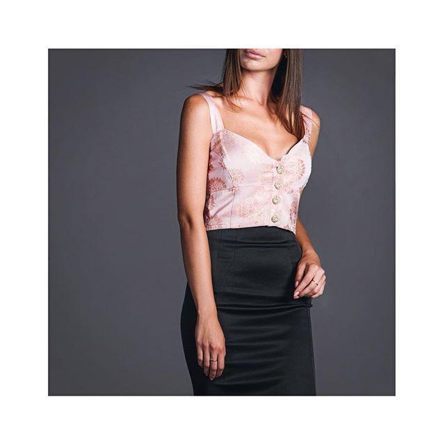 Топ Фламинго с художественно выполненной #вышивкой #золотой нитью…