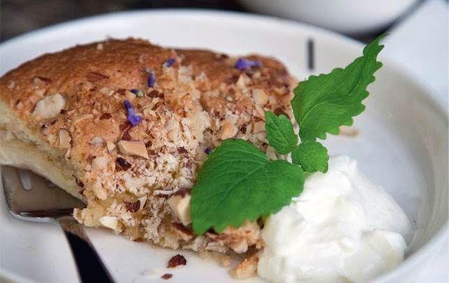 Tjek denne lækre æblekage! Den er super nem at lave og så smager den himmelsk.