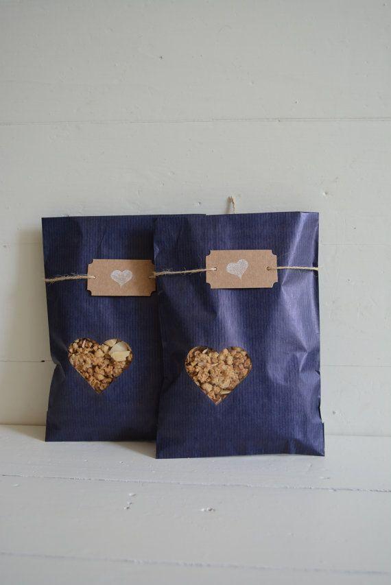 Laatste Bundel van 140 Blauwe Kraft papieren zakjes met klein hart venster compleet met cellofaan zakjes --- Cadeauzakjes of trouwbedankjes