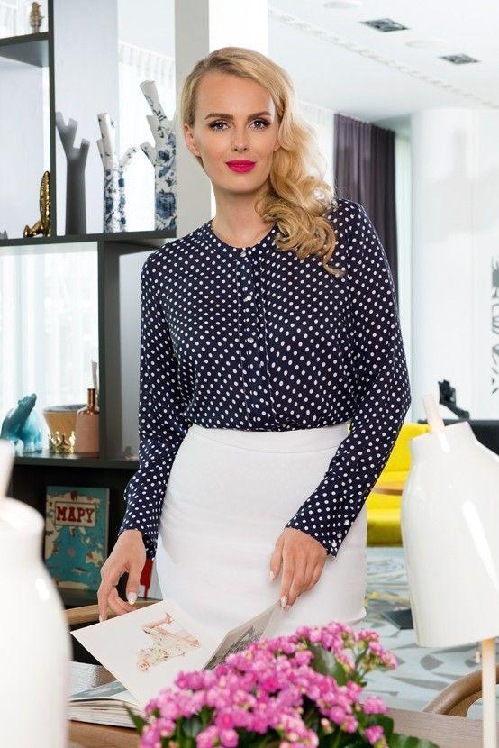 Senso BLUZKA DAMSKA  Bluzka damska senso w kolorze granatowym (nadruk białe kropki); wizytowa; długi rękaw; częściowo kryta plisa guzikowa; zapinanie mankietu na 3 eleganckie guziki.  100% wiskoza.