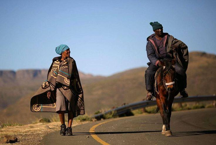 Lesotholainen pariskunta palasi äänestämästä vaaleissa Ha Motjatjin kylässä lähellä pääkaupunki Maserua.