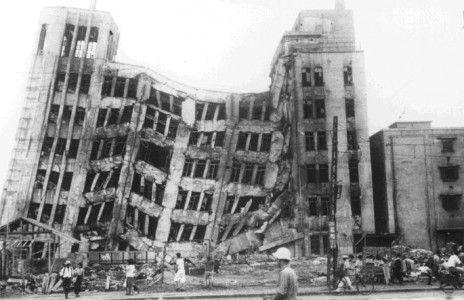 戦後間もない1948年、福井県を中心に北陸から北近畿を襲った福井地震。3,769人の死者・行方不明者をだした。発生当時戦後最多となる死者を出し、日本の災害史上最悪クラスの震災となった。死者のほとんどが、当時あわせて人口20万余りにすぎなかった福井市・坂井郡(現坂井市)に集中しており、その被害率(死者は人口の1%超)は甚大なものであった。発生時刻が16時過ぎで、夕食の支度をしている家庭が多かったため、福井市中心部では、24件の火災が発生した。地震のため、道路が通行不能となったり、水道が破損したことにより、消火に時間を要したため被害が拡大した。農業地区でもほぼ全ての家屋が倒壊したものの、住民が屋外で農作業をしていたためか死者は少なかった。