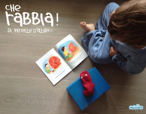 """""""Che Rabbia!"""" Il piccolo Roberto è molto arrabbiato, risponde male al papà, lancia le scarpe infangate, viene mandato in camera a calmarsi, ma questa è la goccia che fa traboccare il vaso!   Roberto si infuria tanto da non poter più trattenere la Rabbia, che infatti esce dal bimbo e, davanti ai suoi occhi sbalorditi, inizia a scagliare in aria coperte e cuscini, a distruggere libri e giocattoli!"""