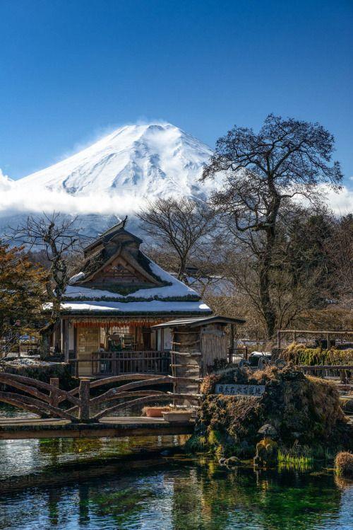 Mt. Fuji as seen from Oshino-Hakkai, Yamanashi, Japan  忍野八海