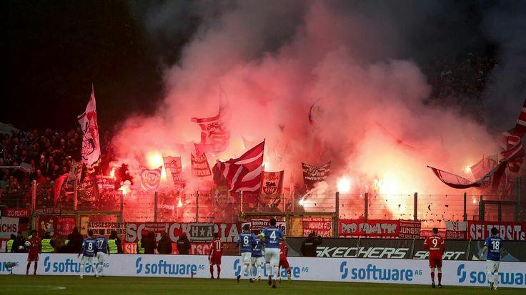 München - Der DFB hat den FC Bayern zu einer Geldstrafe von 15.000 Euro verurteilt. Hintergrund ist das unsportliche Verhalten von Fans bei zwei Bundesliga-Spielen.