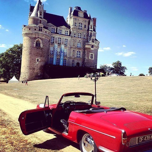 Une virée sur la route des châteaux de la Loire en voiture rétro, ça vous tente ? Plusieurs modèles de voitures vintages vous attendent avec @retroemotion 🚗📣 via @anjoutourisme