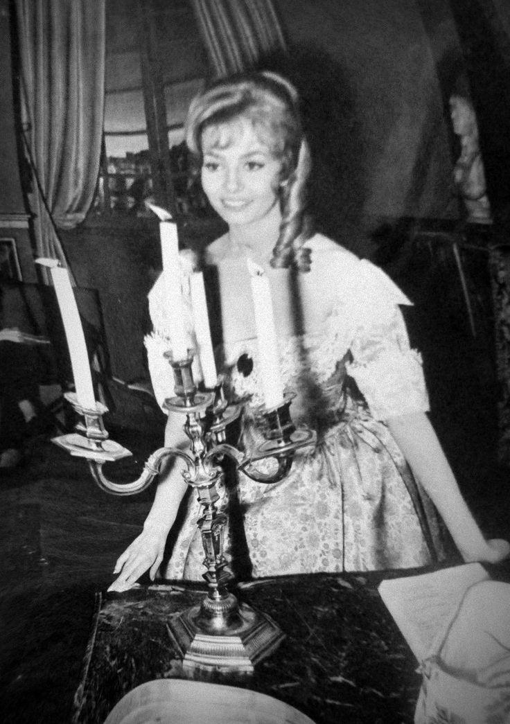 """20 апреля 1964-го года. Промо фотосессия Мишель Мерсье перед съемками сцены """"Визит графини де Пейрак к королю"""