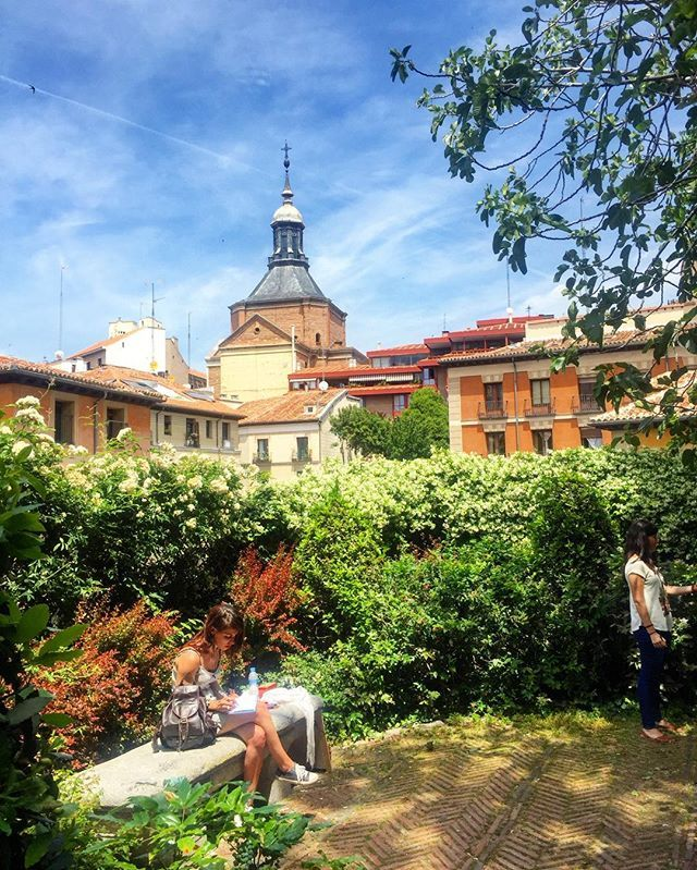 Şehir sokaklarında dolaşırken gizli bahçeler keşfetmek müthiş keyifli!  It's amazing to find secret gardens while you are travelling! ❤️❤️🌺🔝 We love this pretty view!  #madrid #travel #trip #instatravel #garden #flowers #sunny #summer #sunday #morning #chill #relax #feel #good #beautiful #mood #blog #blogger #igers #vsco #vscocam #city #instadaily #picoftheday #flowers #spain #vacation #style