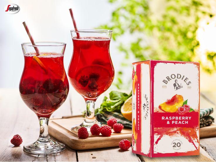 Serwujemy orzeźwiające połączenie! Herbatę Brodies Raspberry&Peach wzbogaciliśmy świeżymi malinami i cytryną.  #segafredo #segafredozanetti #segafredozanettipoland #owoce #fruits #herbata #tea #teatime #brodies #raspberrypeach #raspberry #maliny #peach #brzoskwinie  #recipe #przepis