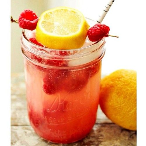 Smashed Raspberry Lemonade  1 oz. (30ml) Lemon vodka 1 oz. (30ml) Triple Sec  1 oz. (60ml) Limoncello  1/4 cup Raspberries 1 oz. (30ml) Lemon juice Top with club soda  Sweeten with raw sugar #vodka #limoncello #cocktail