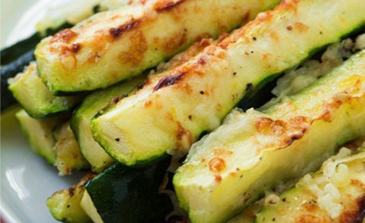 Najzdravšie cuketové hranolky s cesnakom a syrom na ktorých si pochutí každý! - Báječná vareška
