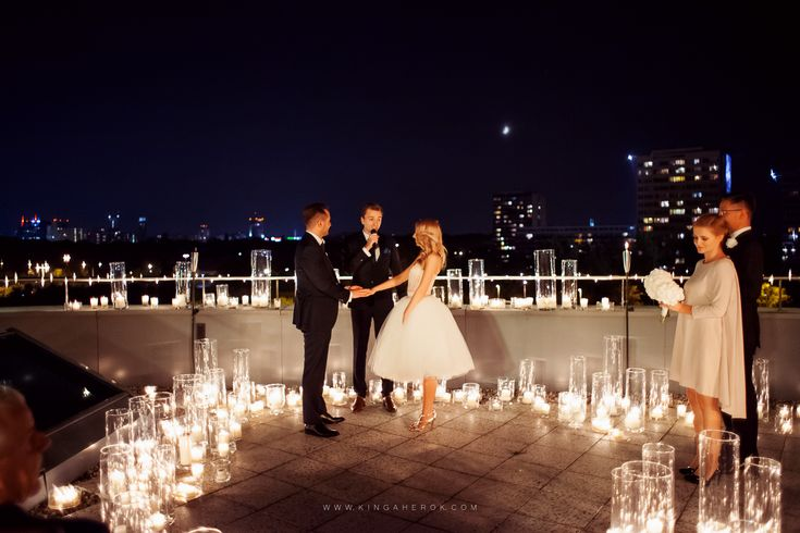 ślub na dachu nocą...