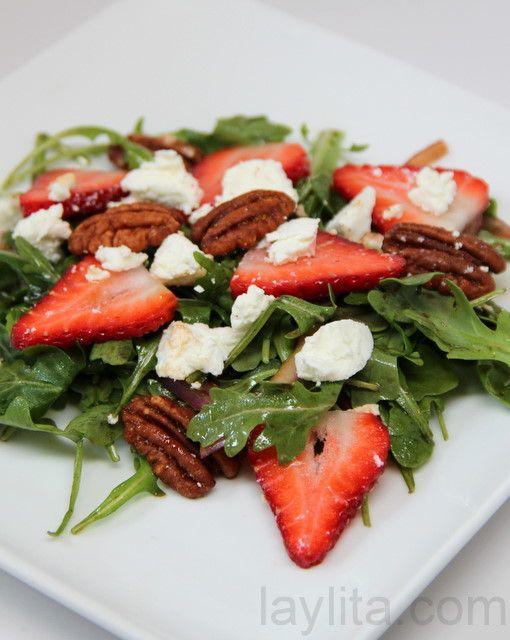 Ensalada rápida y fácil preparada con fresas o frutillas, queso de cabra, rúcula, cebolla, pecanas, vinagre balsámico y aceite de oliva.