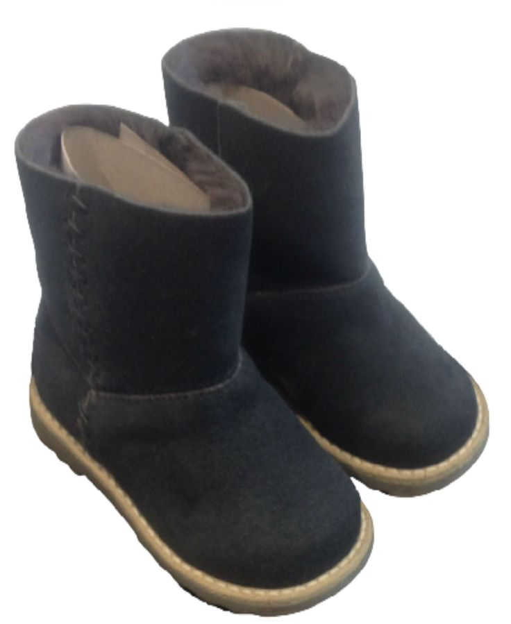 STIVALETTI EQUERRY,  #Stivaletti per #bambini e #bambine di Equerry in #pelle scamosciata di montone di colore grigio antracite con interno in lana merinos e cuoio, suola in gomma antiscivolo a contrasto, impunture. #equerry #shoesequerry #scarpeequerry #calzaturequerry #equerrykids #equerrybaby http://www.abbigliamento-bambini.eu/compra/stivaletti-equerry-2973782