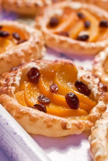 Ciasto francuskie na słodko z brzoskwiniami