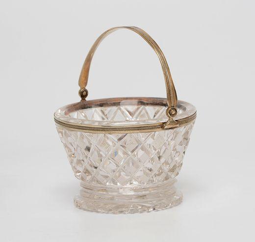 Geslepen rond kristallen kluwenmandje met zilveren rand en zilveren hengsel met schuingeribde bandversiering