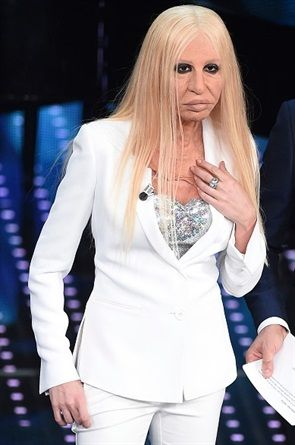 Sanremo 2016: Virginia Raffaele indossa una giacca tuxedo Mantù  interpretando Donatella Versace - VanityFair.it