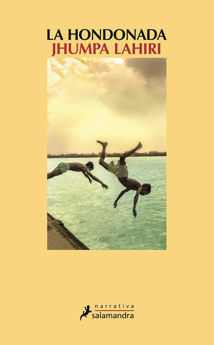 La hondonada / Jhumpa Lahiri. Los hermanos Subhash y Udayan viven en un humilde barrio de Calcuta donde, durante la temporada de lluvias, un lecho seco entre dos lagunas se transforma en un gran espejo de agua. Allí, en la hondonada, transcurre su infancia, jugando al fútbol o nadando, a merced de la naturaleza. Pero la hondonada es algo más que un pedazo de tierra. Es el vacío en el corazón de los hermanos cuando empiezan a crecer y sus caminos se separan de forma inexorable.