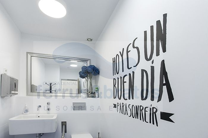 Decoracion De Baños Home Center:Baño de pacientes de Clinica Dental Ferrus & Bratos — en Clinica