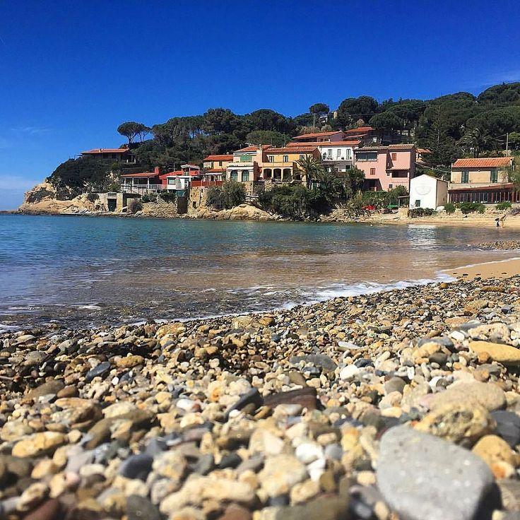 Buongiorno dalla spiaggia di #forno a #portoferraio nello scatto di @cideviandare. Continuate a taggare le vostre foto con #isoladelbaapp il tag delle vostre vacanze all'#isoladelba. http://ift.tt/1NHxzN3