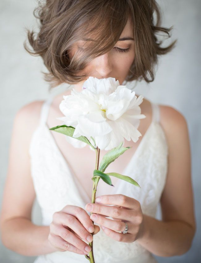 One single flower instead of a bouquet. A chic and simple alternative.