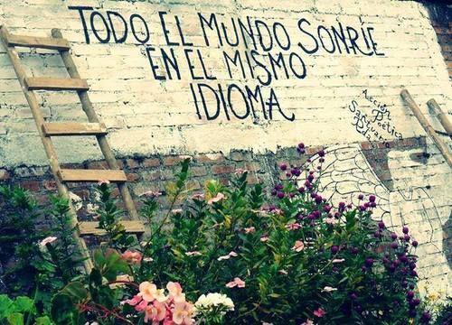 """""""Todo el mundo sonríe en el mismo idioma""""-- Everyone smiles in the same language."""