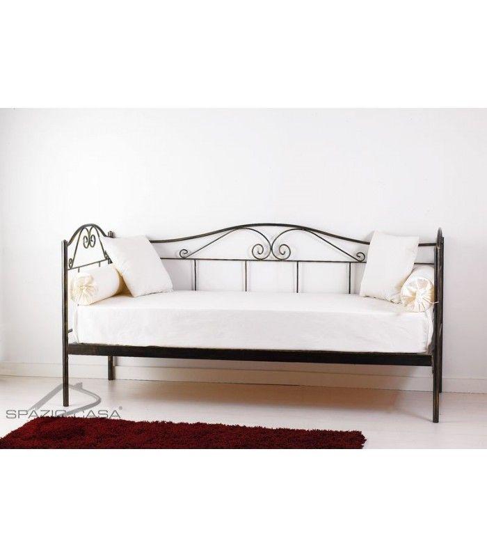Divano letto in ferro battuto lavorato e decorato nei minimi dettagli, fornito comprensivo di struttura e rete ortopedica in legno di faggio a doghe (12 doghe) #divano #letto #ferro #battuto